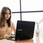 Etudiante travaillant sur PC